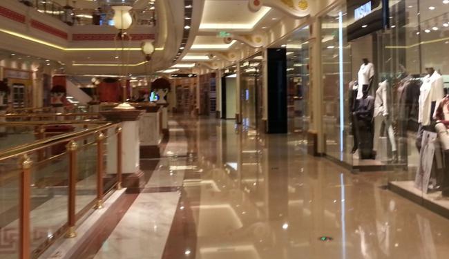 上海一商场急开张 顾客员工齐戴口罩避异味