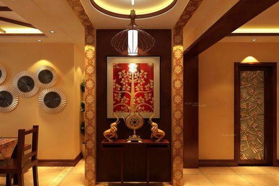 玄关过道的设计以棕红色和荧光黄为主,荧光黄的天花板和墙壁,荧光黄的菱形大理石地板,正前方是一个棕红色木质框架的玻璃推拉门,使两个房间隔开,紧挨着推拉门,在房间的右侧有一个圆拱形棕红色木质边框门,门的旁边是一组嵌入墙壁的深棕色木质置物柜,再加上一盆大型植株的调和,整个房间充满古典气息。