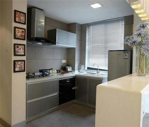 图中就是一款小户型厨房,白色的橱柜呈一字排开,既时尚又实用.