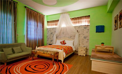 墙面漆颜色丰富多样,我们在装修卧室墙面的时候都会选择比较温馨