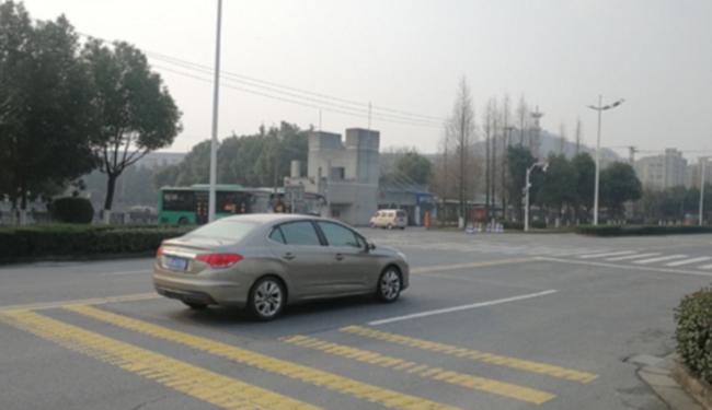 绍兴四所学校门口增设震荡线 提醒司机减速通行