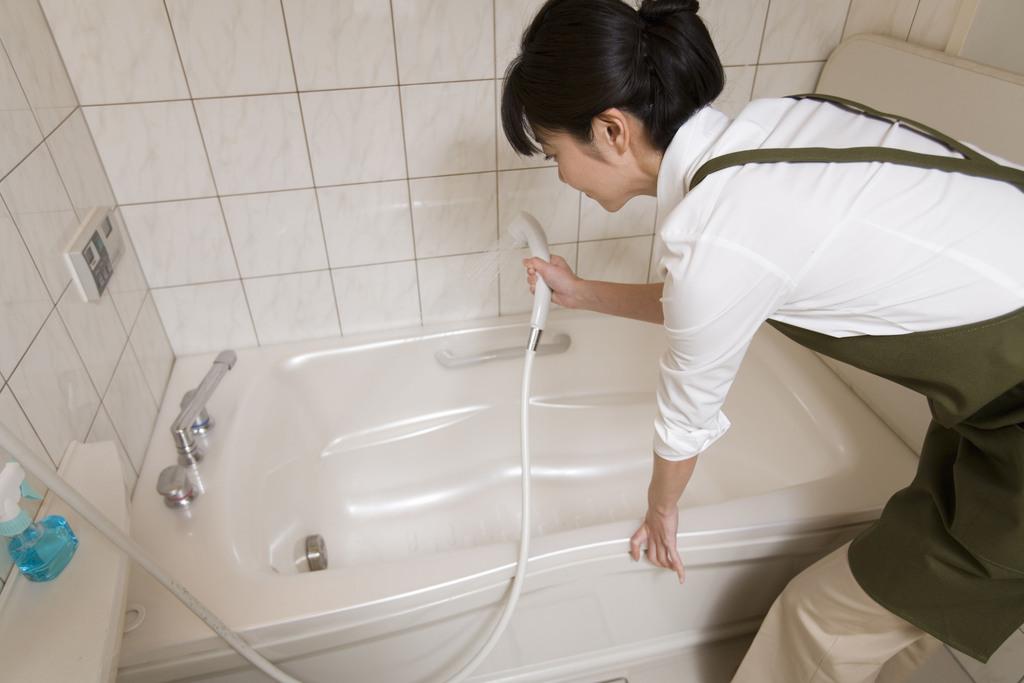 简单几招教你如何清洁浴室里的头发