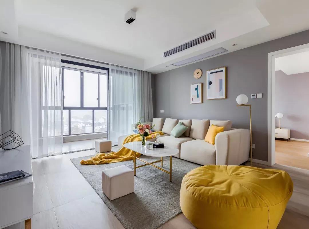 玻璃推拉门打开,是休闲阳台区域,离客厅较近,光线十足,即便不开灯,整个客厅都是明亮清新的。