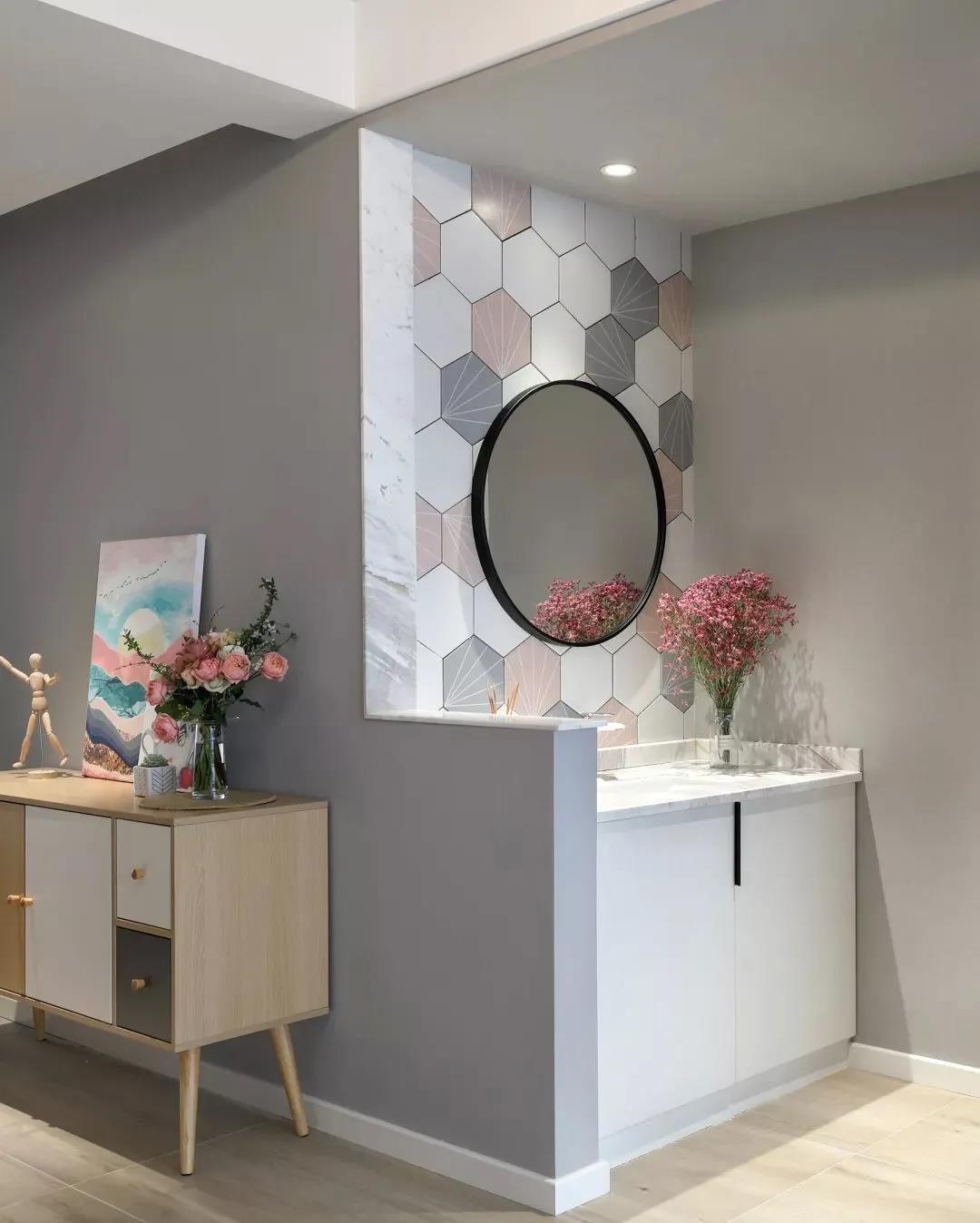 在房间的过道设置了洗手台,白色柜体台面搭配拼色六角墙砖,摆上鲜花格外清新。