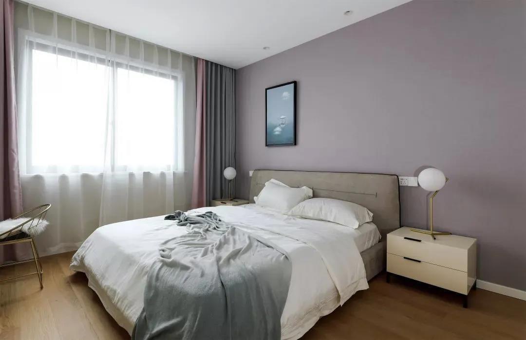 卧室墙面以浪漫柔美的香芋色为主,窗帘也选择了贴合卧室色调的拼色风格。营造出温馨的睡眠氛围。