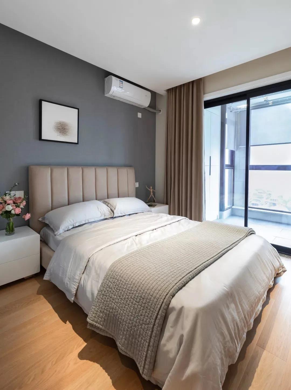次卧带深灰色墙面搭配现代风格卧室软装,大气经典,有小阳台的原因整个房间光线充足。