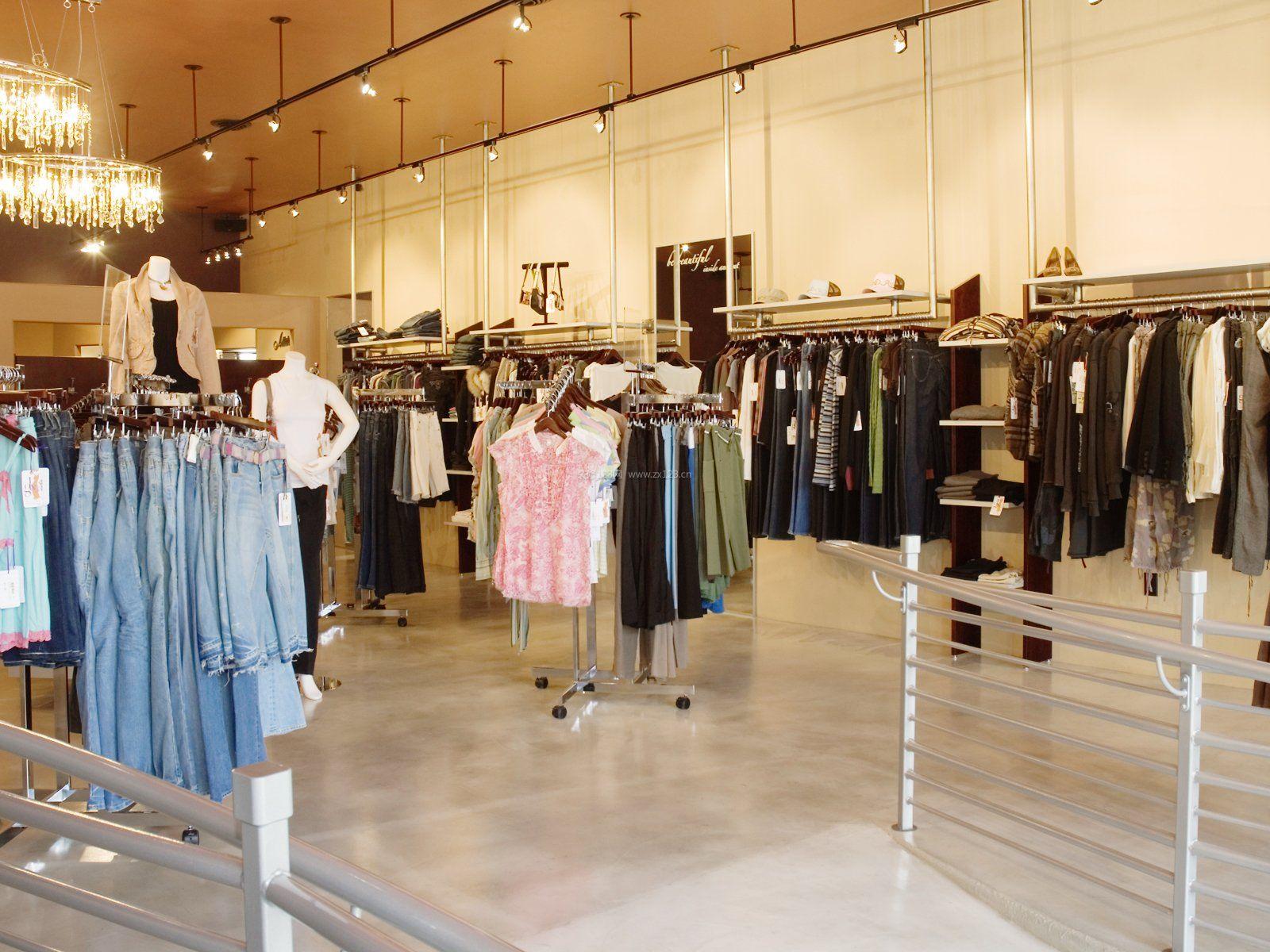 不仅产品要好看,整个服装店的装修效果也是非常重要的,服装店的风格