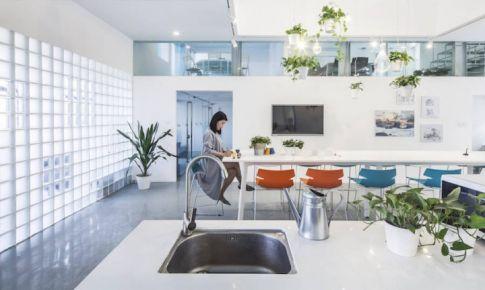 白蓝色调的办公室设计