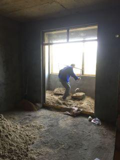 吊机工人卸材料