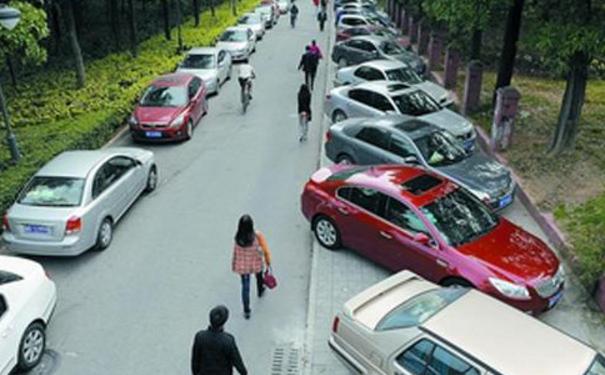 武汉男子停1次车 收到两个车位收费通知